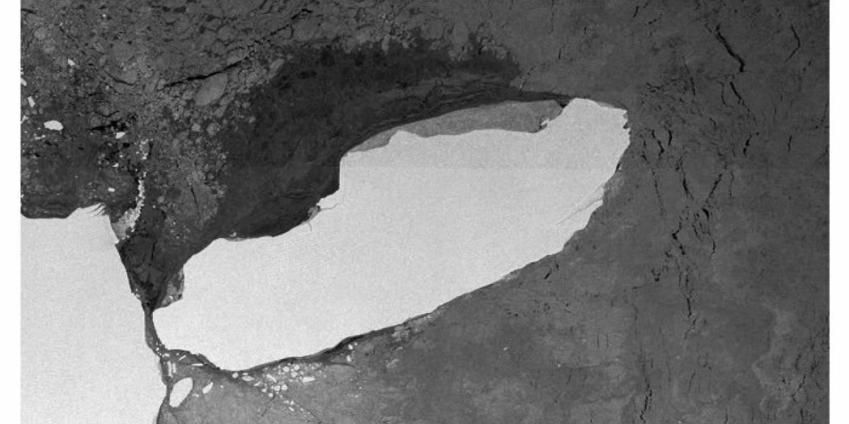 Colosal iceberg desprendido de la Antártica avanza violentamente