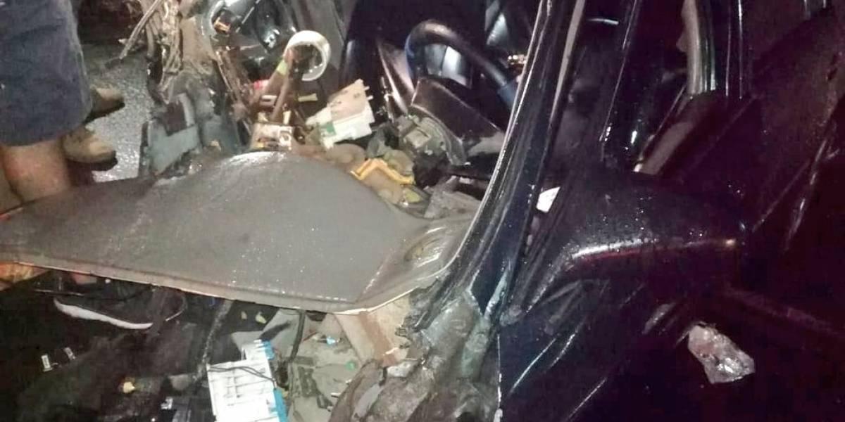 Vehículos casi destruidos y dos postes derribados tras colisión en ruta al Pacífico