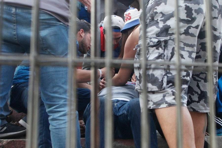 Las protestas también se han dado fuera de San Carlos de Apoquindo. En Santa Laura un hincha cayó de más de 5 metros de altura al colgar un lienzo en contra del alza en el precio de las entradas / Foto: Agencia UNO