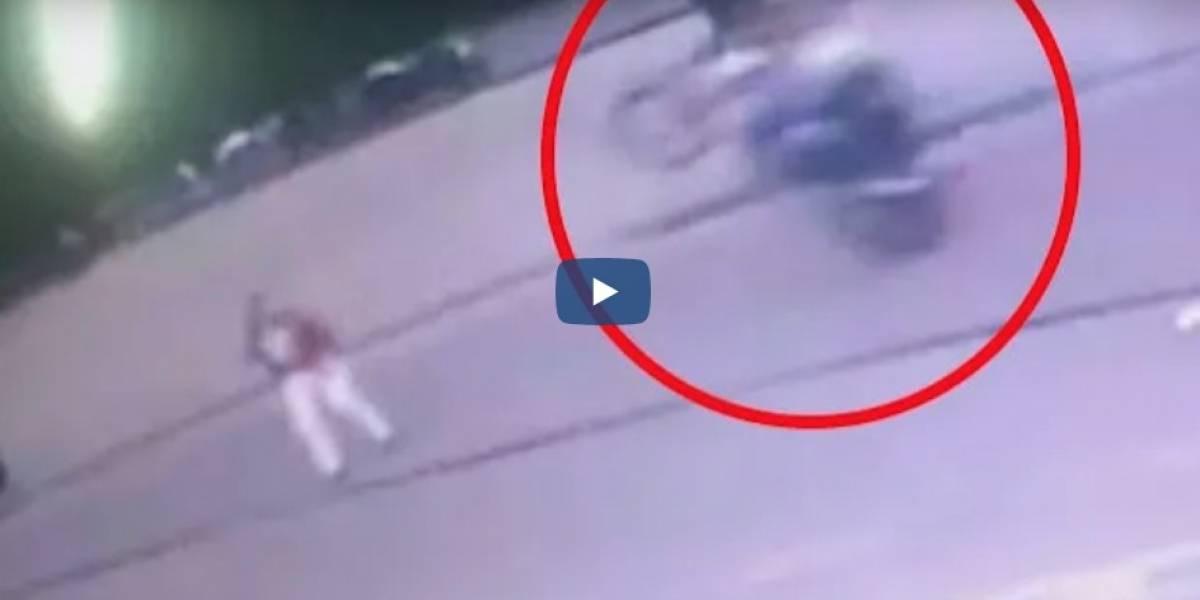 """Video: motociclista """"se llevó por delante"""" a un hombre cuando hacía maniobras peligrosas"""