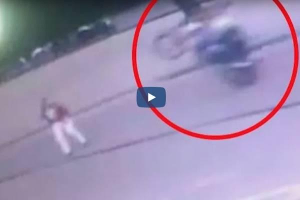 """motociclista """"se llevó por delante"""" a un hombre cuando hacía maniobras peligrosas"""