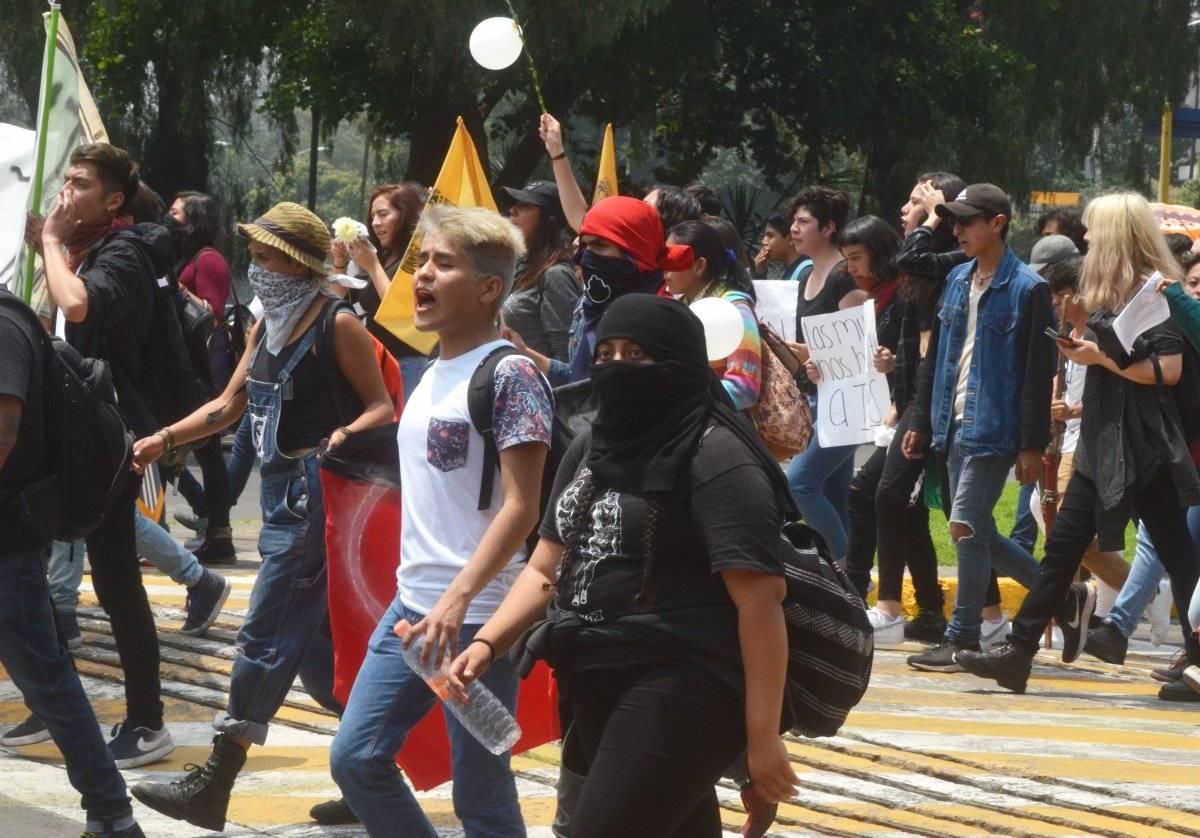 Marcha de estudiantes del CCH Azcapotzalco y otras escuelas para manifestarse en contra del homicidio de una compañera, la cual fue hallada muerta en la autopista México-Cuautla, en el municipio de Cocotitlán, estado de México; salieron del Parque de la Bombilla a la Rectoría de la UNAM, donde los padres de la víctima se unieron y después se registró un conato de bronca entre estudiantes. Foto: Cuartoscuro