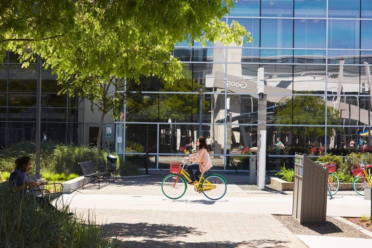 Funcionários usam bicicletas para se locomover pelo complexo Divulgação/Google