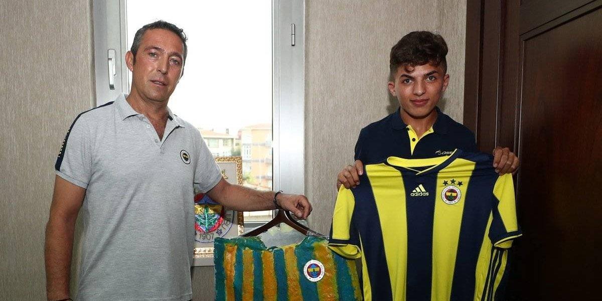 Fenerbahçe recompensa a aficionado que usaba una bolsa como playera