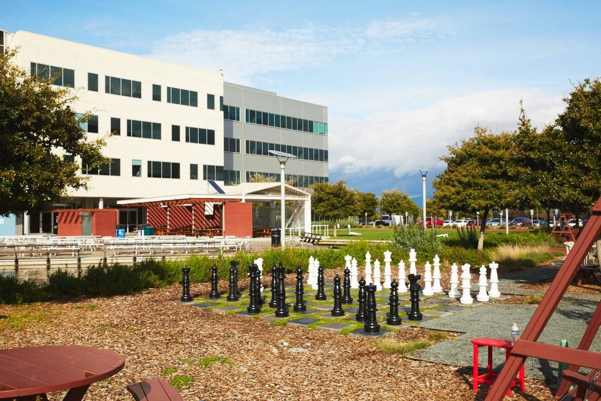 No intervalo do trabalho, funcionários do Google podem jogar xadrez em tabuleiro gigante Divulgação/Google