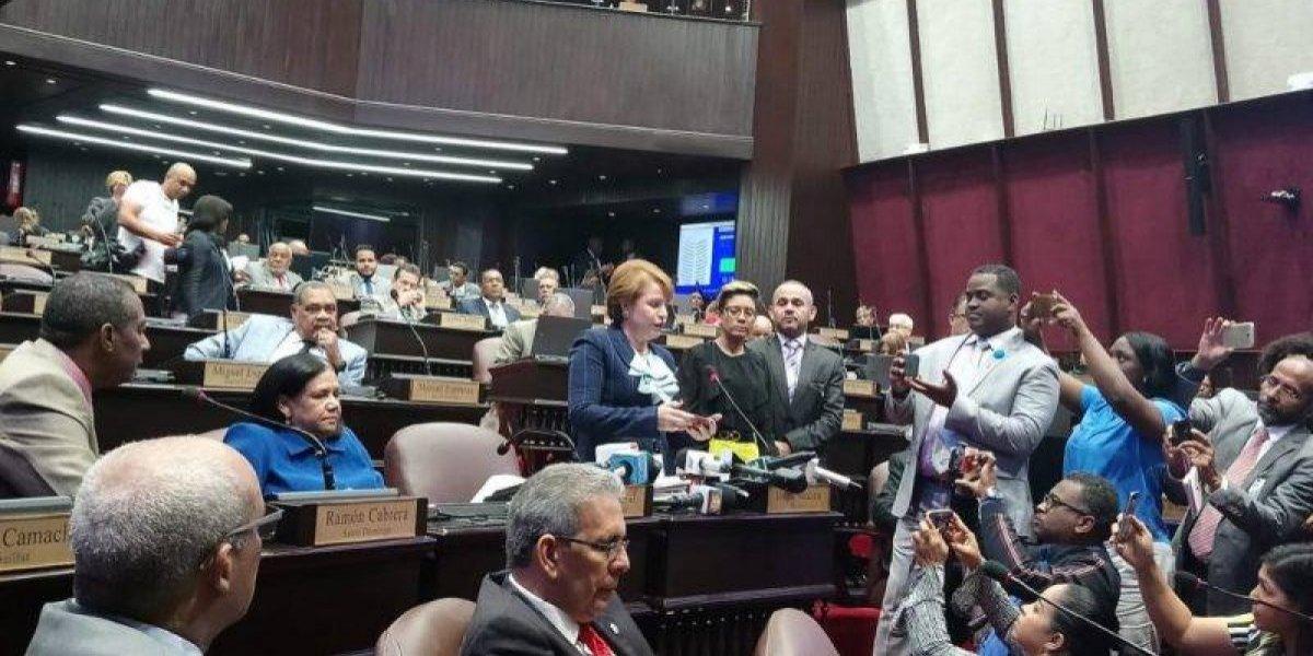 Lucía Medina afirma ante diputados que compró mochilas y hubo error proveedor
