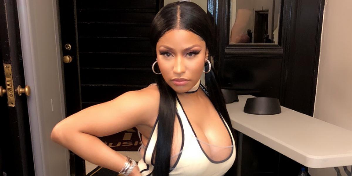 Nicki Minaj sufre accidente y muestra los senos en pleno concierto