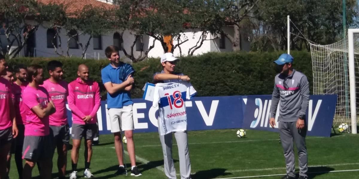 """El """"cruzado"""" Joaquín Niemann visitó a su querida UC y recibió la camiseta 18 de regalo"""