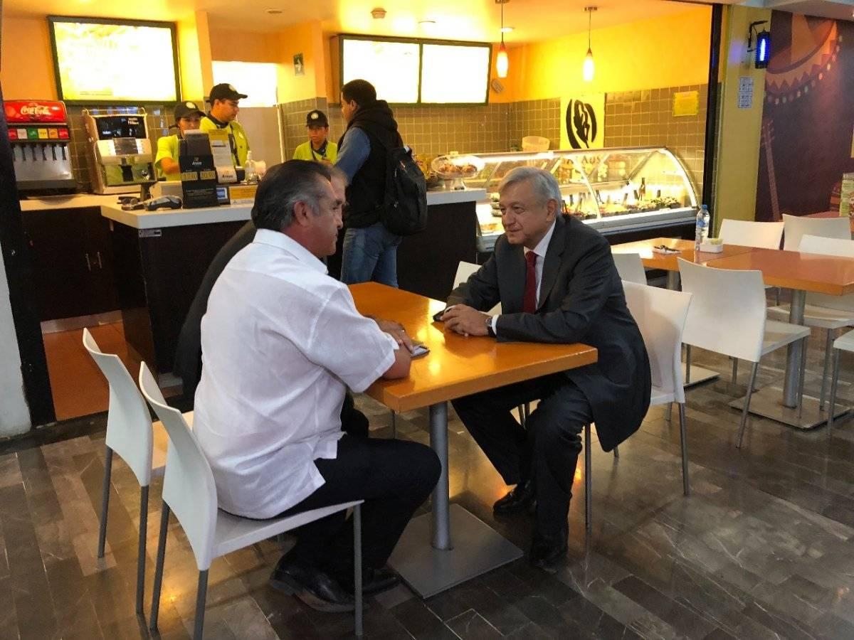 AMLO platicando con El Bronco en el Aeropuerto Internacional de Monterrey. Foto: Especial