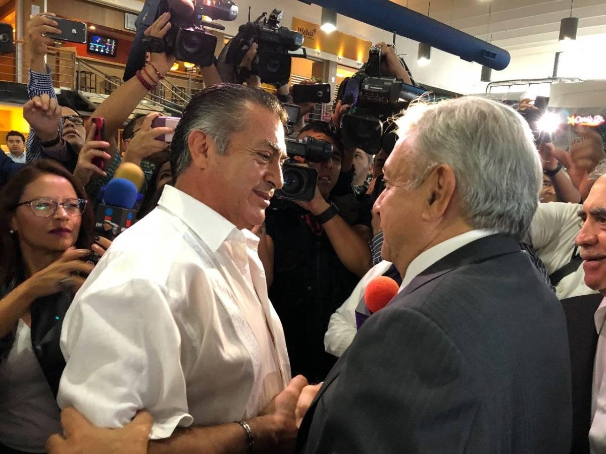 AMLO fue recibido por El Bronco en el aeropuerto. Foto: Especial