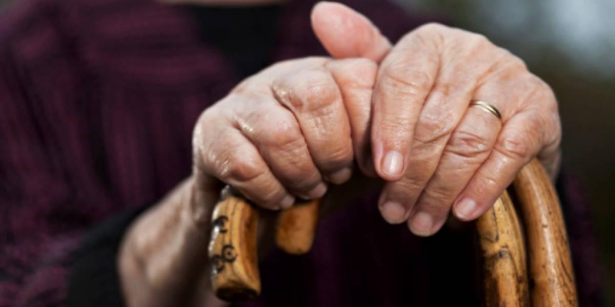 No hay perdón: hombre junto a su polola lanza al patio de la casa a su madre de 90 años