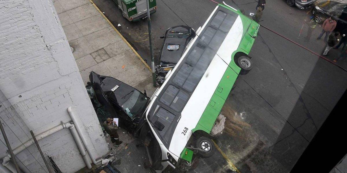 Violento accidente en Valparaíso: bus de pasajeros se volcó sobre colectivo dejando al menos 4 lesionados