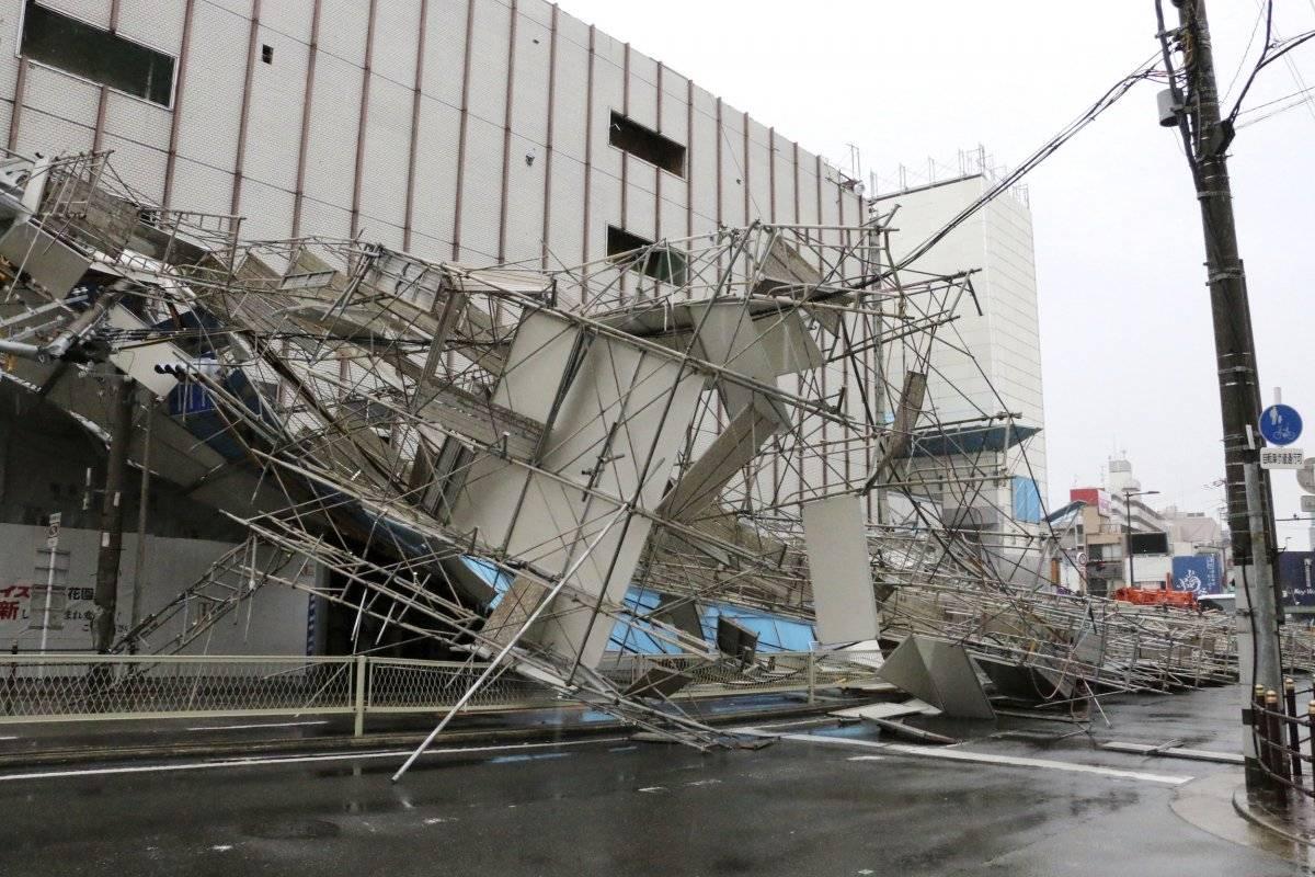Los vientos del tifón provocaron el colapso en el andamio. (Noticias de Kyodo vía AP)
