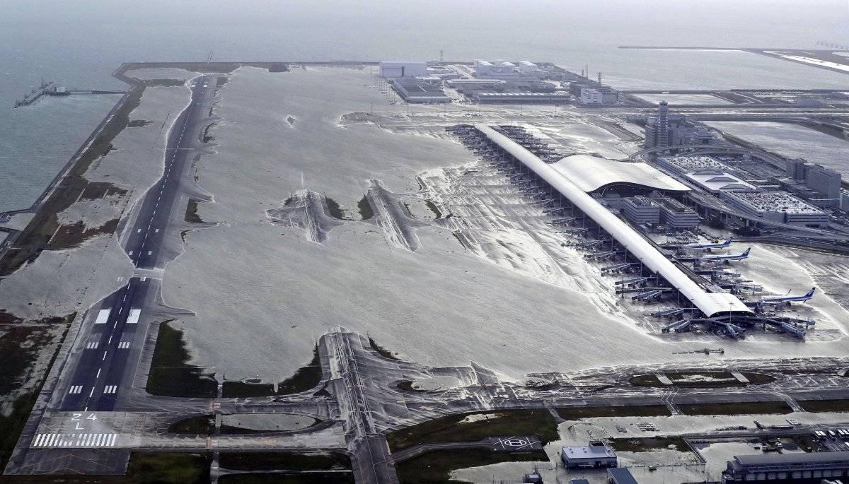 El aeropuerto de Kansai en Izumisano, Osaka, al oeste de Japón –principal aeropuerto de la región–, quedó parcialmente inundado. (Kentaro Ikushima / Mainichi Newspaper vía AP)