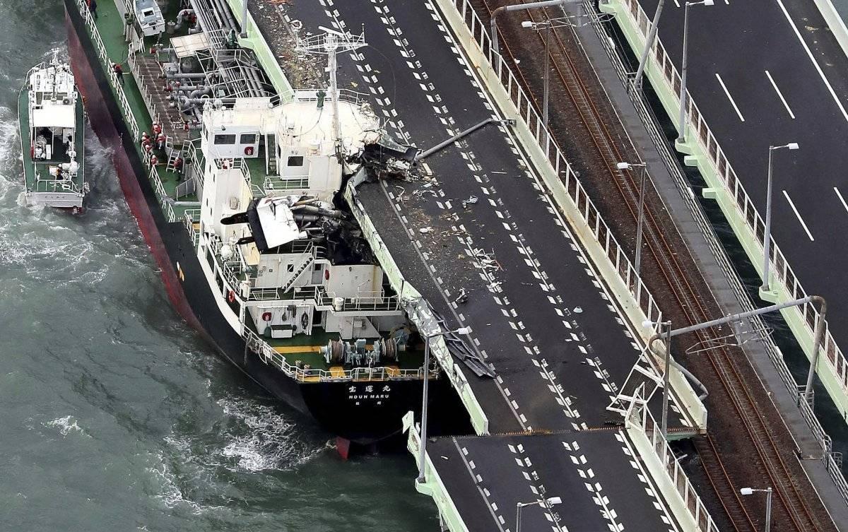 Un buque cisterna se estrelló contra un puente que conecta el aeropuerto con tierra firme, dañando parte del puente y del buque en Osaka, al oeste de Japón, durante el paso del tifón. / (Kentaro Ikushima / Mainichi Newspaper vía AP)