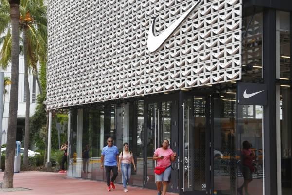 Los estadounidenses protestan contra Nike quemando sus zapatillas