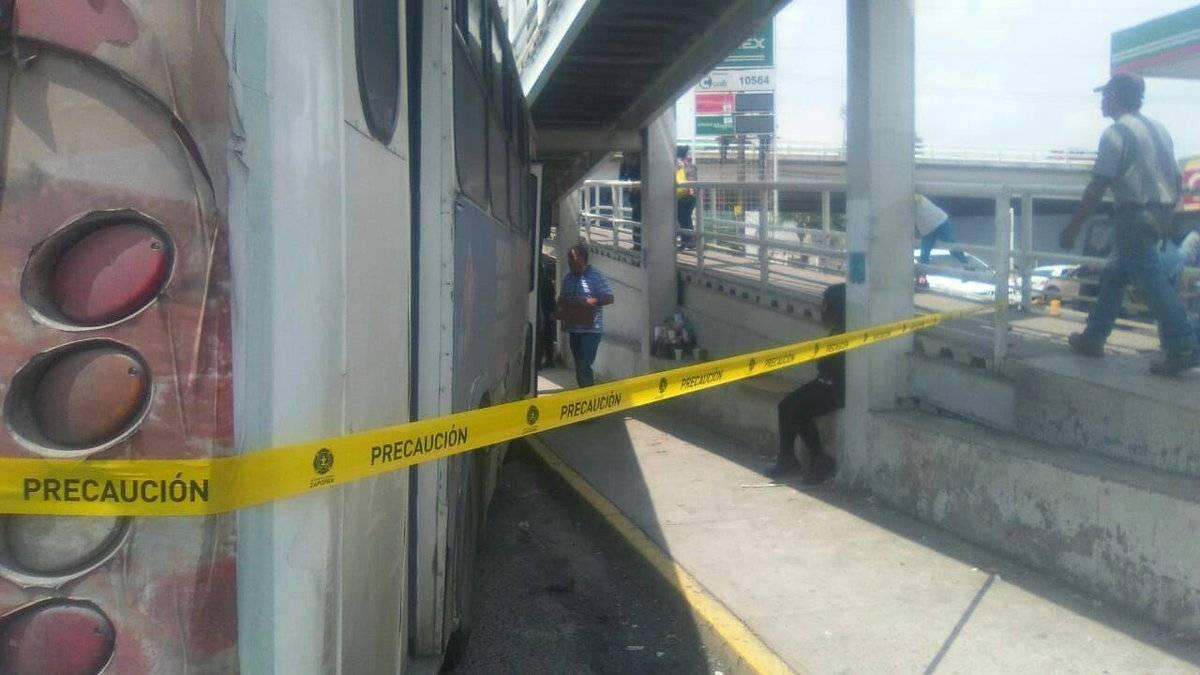 Autobús colisiona contra puente peatonal en Periférico y Mariano Otero
