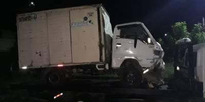 camión y carro chocados en ruta al Pacífico