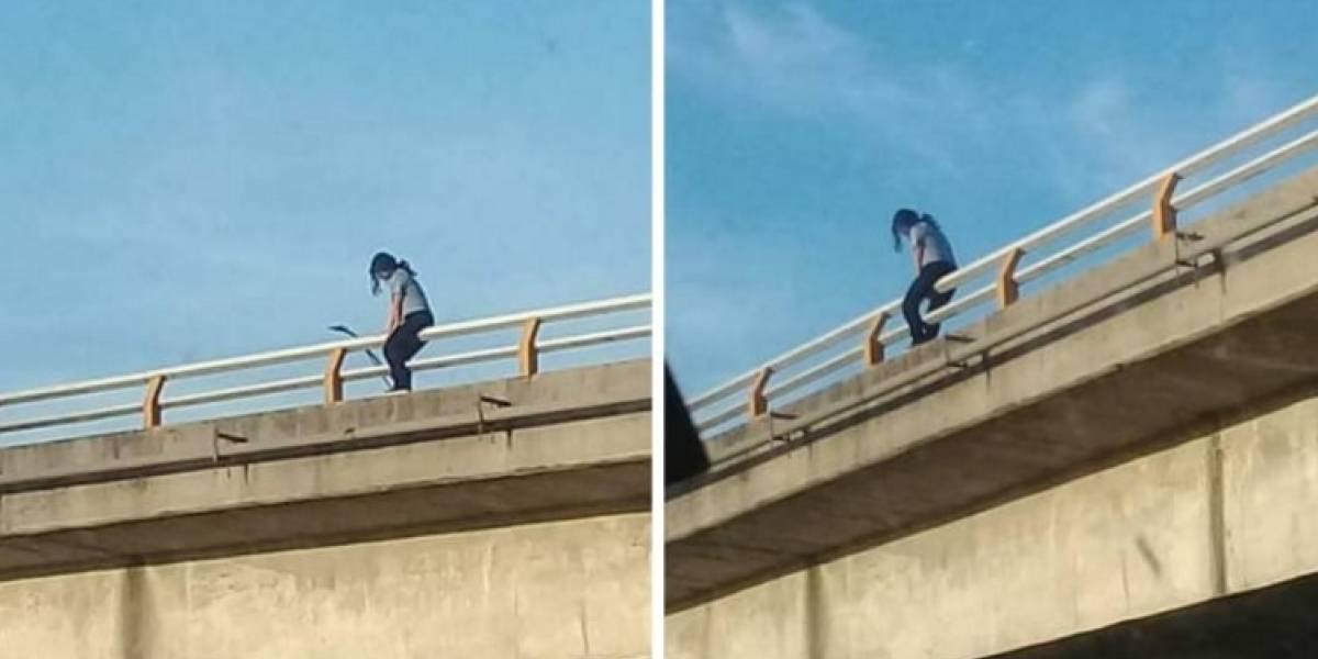 Mujer intenta lanzarse de puente peatonal en Guadalupe
