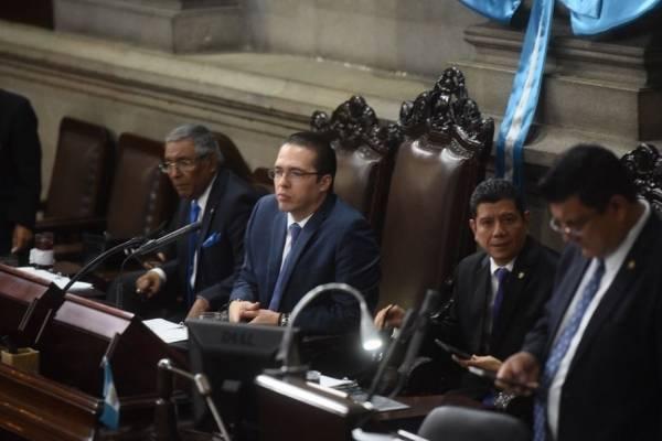 Alejos preside el Congreso debido a que el presidente, Álvaro Arzú Escobar, se encuentra de viaje.