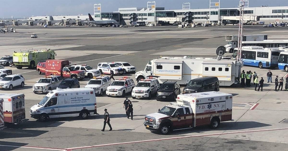 Ambulâncias prestaram atendimento aos passageiros dentro do avião Larry Coben/Twitter
