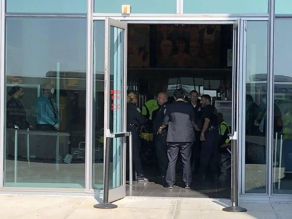 Na chegada ao terminal, funcionários avaliam liberação Larry Coben/Twitter
