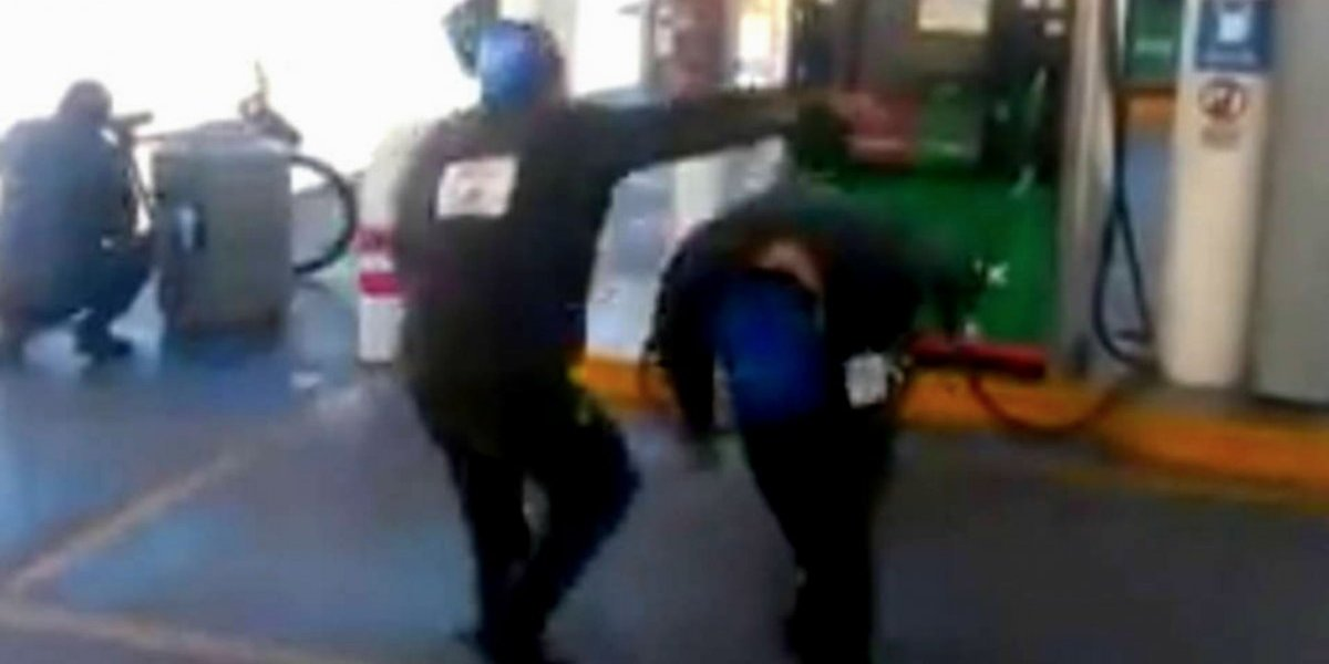 VIDEO: Empleados protagonizan Lucha Libre en gasolinera