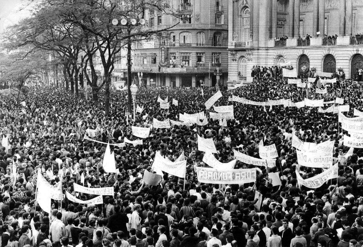 Protesto contra a ditadura militar, no Rio de Janeiro em 26 de junho de 1968, ficou conhecida como a passeata dos 100 mil Folhapress