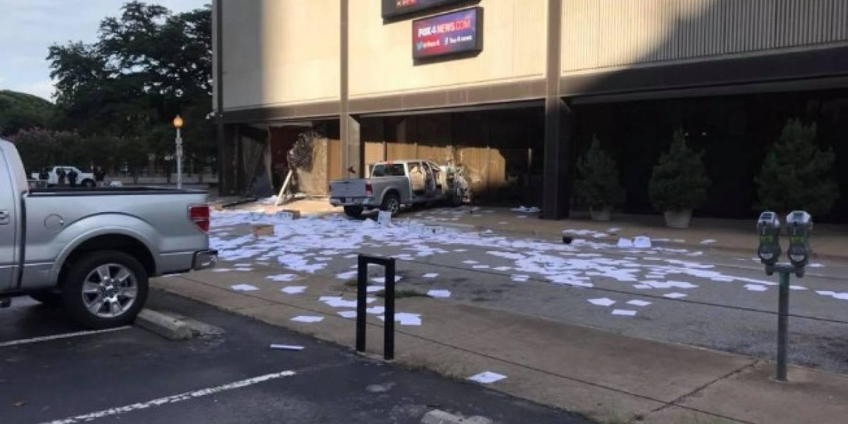 VIDEO. Hombre estrella vehículo contra estudio de televisión en Dallas