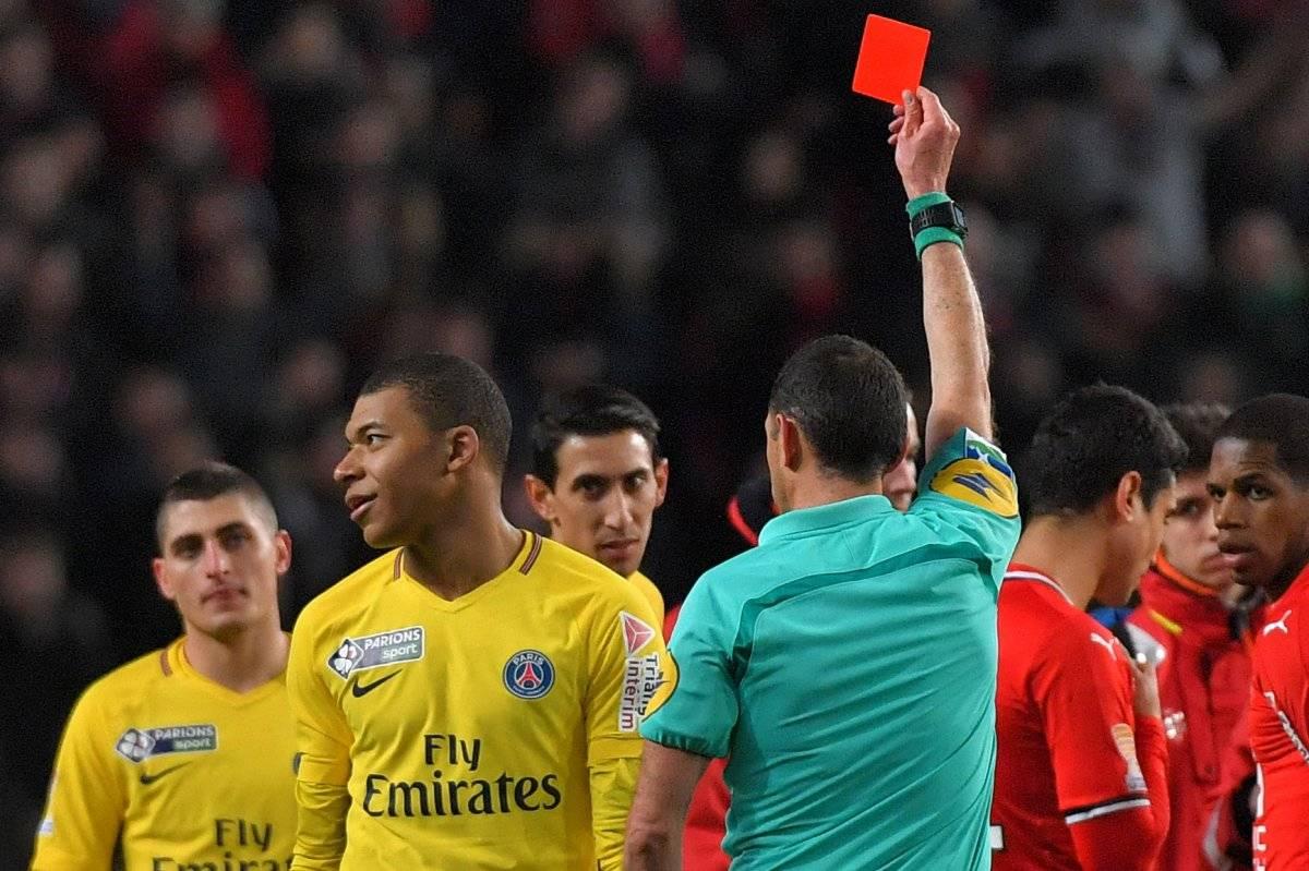La primera tarjeta roja que recibió Mbappé.