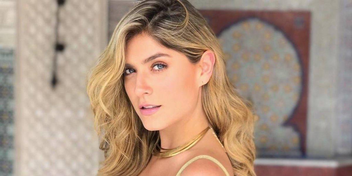 Modelo colombiana publica foto hot y sin querer el vidrio refleja sus senos