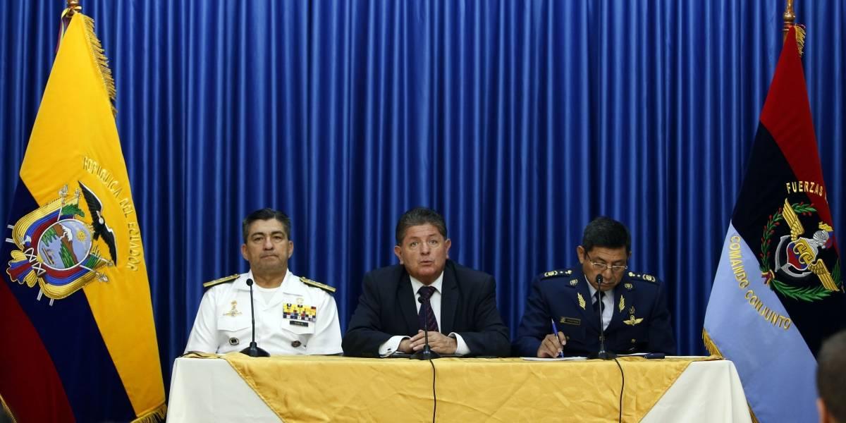 Se cae la bandera de Ecuador durante rueda de prensa de ministro Diego Gómez
