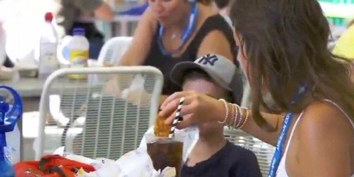 Piden cárcel para mujer que 'sopeó' su nugget en refresco en el US Open