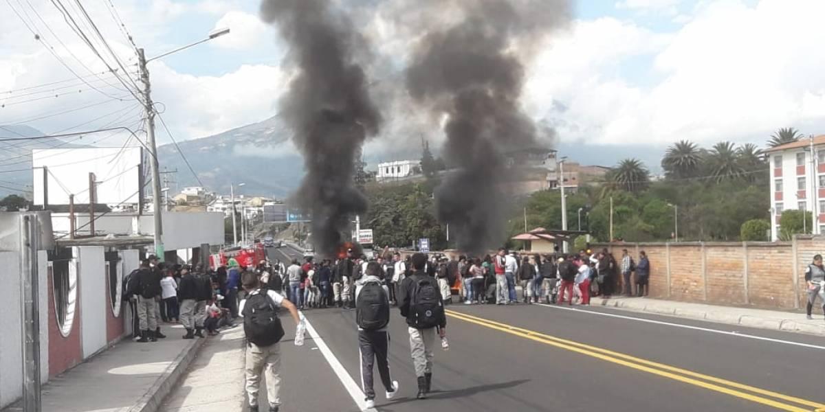 Ibarra: Protestas de padres de familia tras cierre del Liceo Aduanero en Yahuarcocha