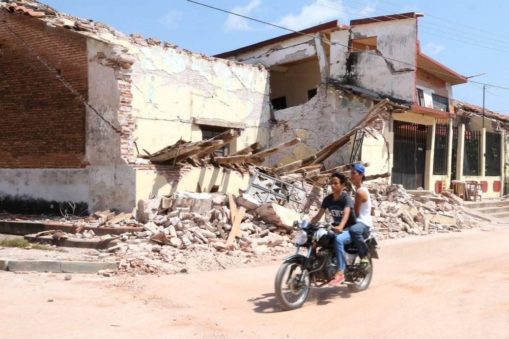 Dos jóvenes recorren las calles de Asunción Ixtaltepec, Oaxaca, después dle sismo del 7 de septiembre Foto: Cuartoscuro