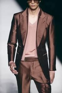 Un modelo presenta piezas de la colección de Tom Ford en la Semana de la Moda de Nueva York el miércoles 5 de septiembre de 2018. (Foto AP / Andres Kudacki)