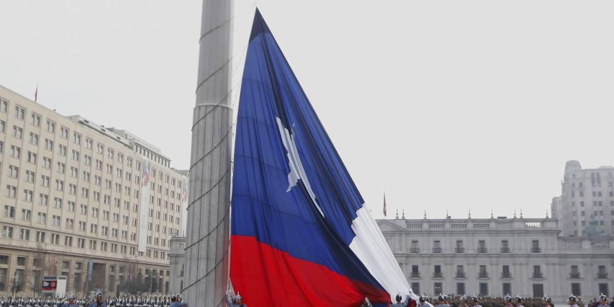Ejército de Chile realiza el izamiento de la gran bandera nacional en Plaza de la Ciudadanía