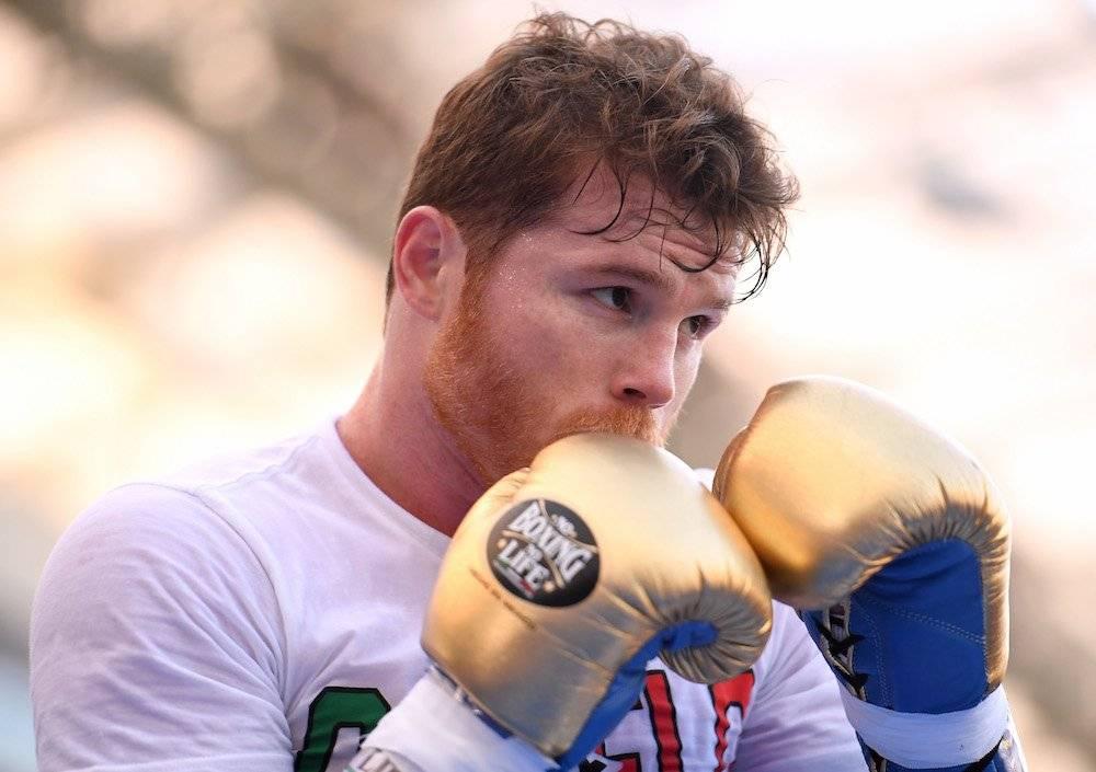 Álvarez se ha puesto guantes de su propia marca en los entrenamientos públicos. / Getty Images