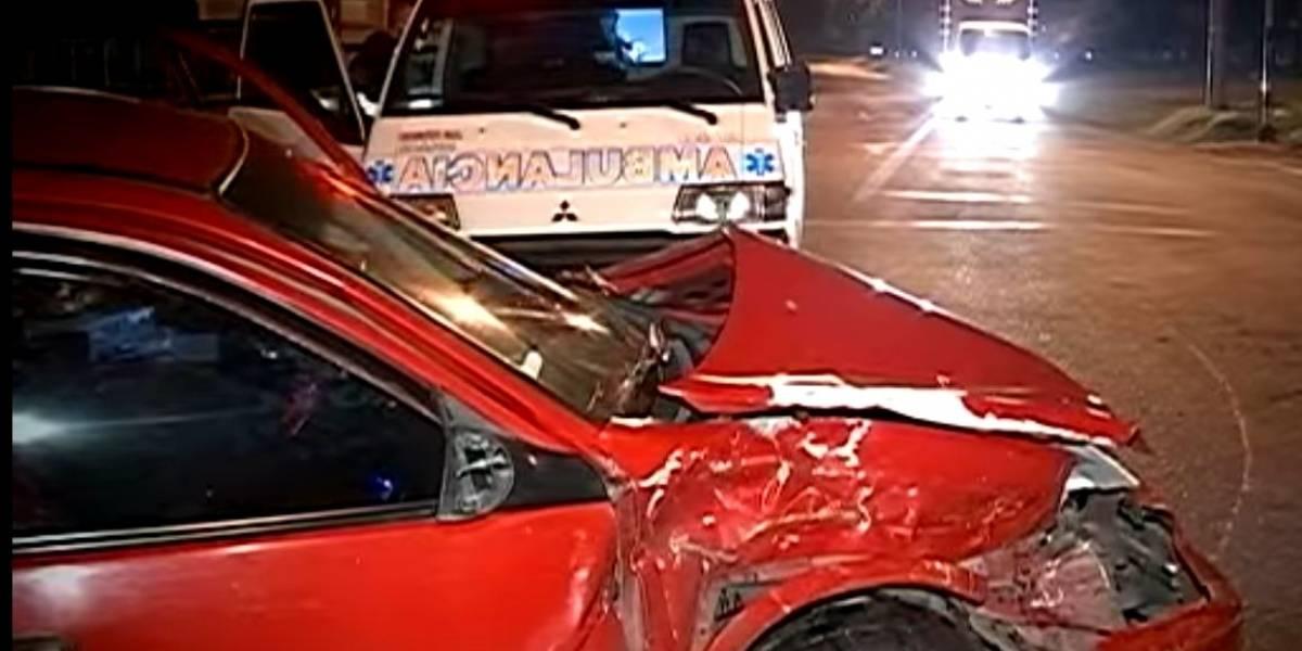 Carro con 7 jóvenes se 'voló' retén de la policía y estrellaron un taxi a toda velocidad