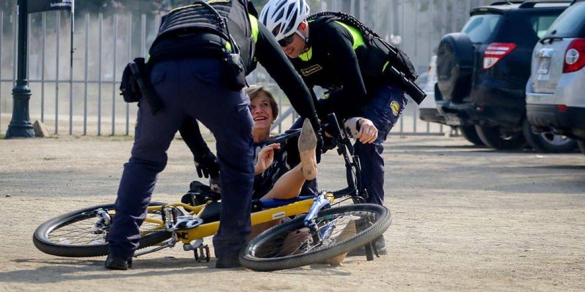 """""""Inaugurando el terreno"""": Evelyn Matthei se tomó con humor su estrepitosa caída en bicicleta durante actividad en el Parque Bustamante"""