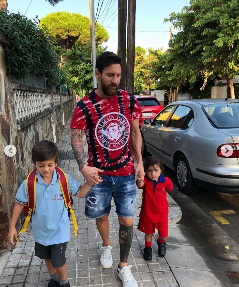 Messi lleva a Thiago y a Mateo al colegio.