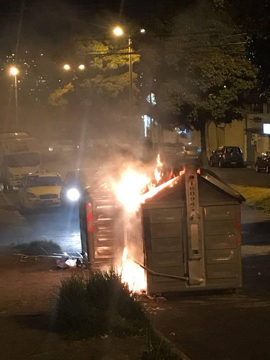 Reportan incendio de contenedores de basura en el norte de Quito