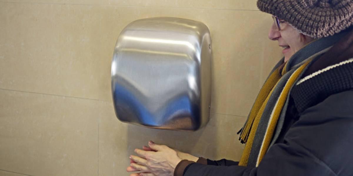 """Secadores de manos con aire """"deberían ser prohibidos"""": científicos alertan que propagan altos niveles de bacterias peligrosas"""