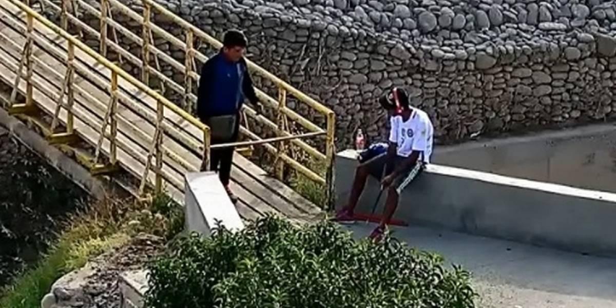 """Sólo pasa en Chile: hombre intimida a la gente con un palo y se viste de """"Spiderman"""" para cobrar peaje en puente peatonal de Arica"""