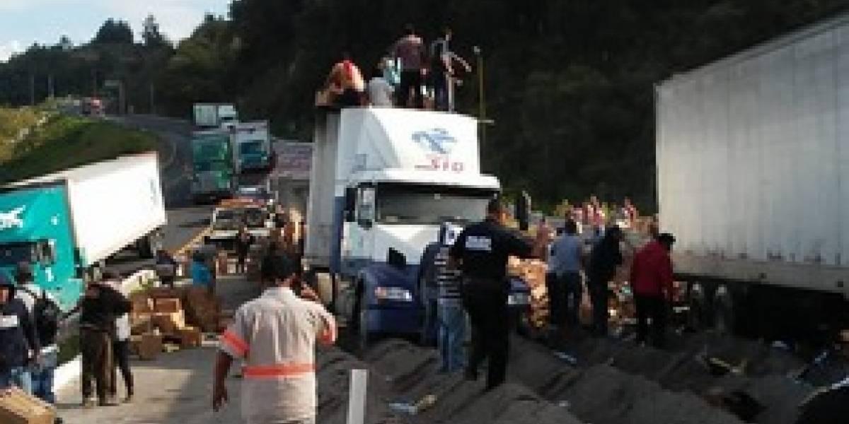 Video: Camión sin frenos mata a cuatro personas que rapiñaban tráiler
