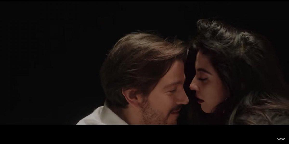 """Mon Laferte lanza """"El beso"""", nuevo sencillo y videoclip con la participación de Diego Luna y convoca a """"besatón"""""""