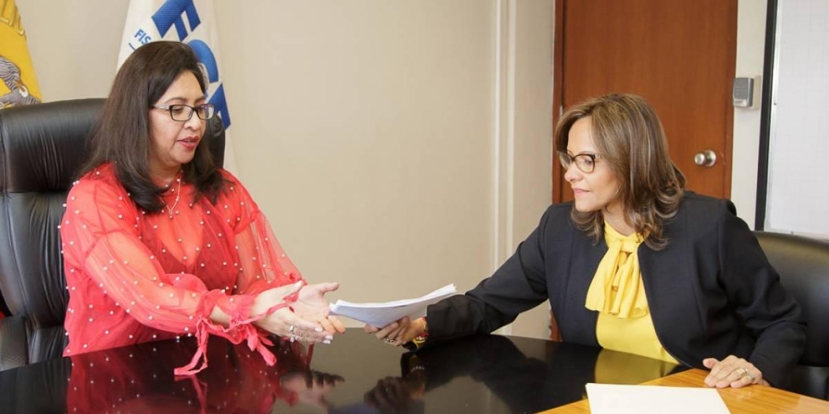 Elizabeth Cabezas entregó en Fiscalía presuntos cobros indebidos a funcionarios legislativos