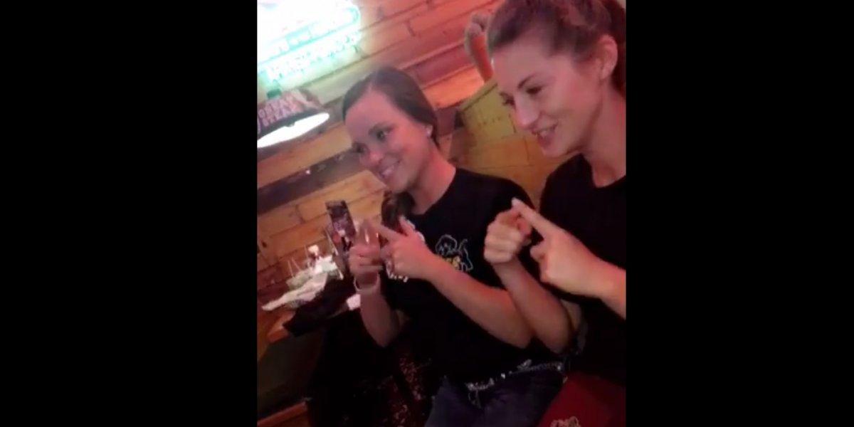 Querían que fuera especial: el conmovedor video de dos camareras cantando feliz cumpleaños a un niño en lengua de señas