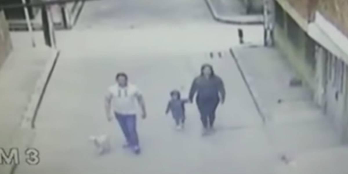 En video quedó captada familia que amarró su perro a un portón para abandonarlo