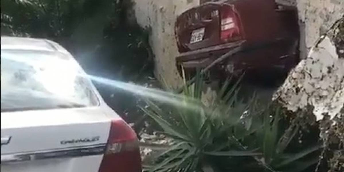 VIDEO: Un carro se rodó por no estar con freno de mano y quedó incrustado en la pared
